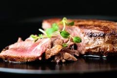 Bifteck de boeuf avec des verts Photographie stock