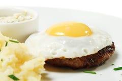 Bifteck de boeuf avec l'oeuf sur le plat Photo libre de droits