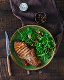 Bifteck de boeuf avec de la salade d'arugula et de tomate du plat Photo stock
