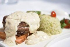 Bifteck de boeuf avec de la sauce au poivre photos stock