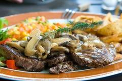 Bifteck de boeuf avec la sauce aux champignons Images libres de droits