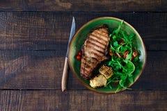 Bifteck de boeuf avec le maïs et la salade frits du plat Photo libre de droits