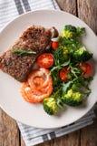 Bifteck de boeuf avec les crevettes roses et le brocoli, tomates, plan rapproché o d'arugula photographie stock