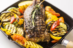Bifteck de boeuf avec les légumes grillés image libre de droits