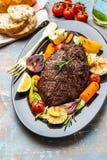 Bifteck de boeuf de club avec de la sauce au poivre et les légumes grillés sur le fond en bois foncé Boeuf de Roas Copiez l'espac photos stock