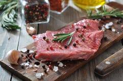 Bifteck de boeuf cru Photographie stock libre de droits