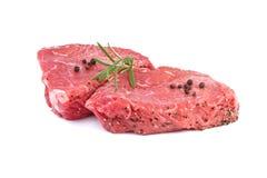 Bifteck de boeuf cru avec les herbes vertes Photo libre de droits