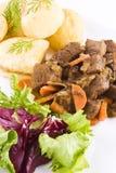 Bifteck de boeuf cuit avec les pommes de terre et la salade photo stock