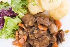 Bifteck de boeuf cuit avec les pommes de terre et la salade photos libres de droits
