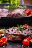 Bifteck de boeuf de gril Biftecks d'aloyau juteux de boeuf épais de parties sur la casserole de téflon de gril ou le vieux consei Photos libres de droits