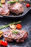 Bifteck de boeuf de gril Biftecks d'aloyau juteux de boeuf épais de parties sur la casserole de téflon de gril ou le vieux consei Photo stock