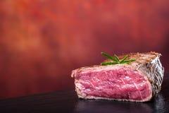 Bifteck de boeuf de gril Biftecks d'aloyau juteux de boeuf épais de parties sur la casserole de téflon de gril ou le vieux consei Photographie stock