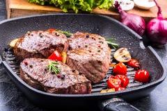Bifteck de boeuf de gril Biftecks d'aloyau juteux de boeuf épais de parties sur la casserole de téflon de gril ou le vieux consei Image stock