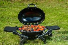 Bifteck de boeuf et légumes grillés en nature photos stock