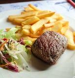 Bifteck de boeuf et pommes frites Photos libres de droits