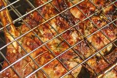 Bifteck de boeuf faisant cuire sur un gril avec des épices Image libre de droits