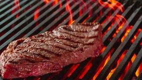 Bifteck de boeuf grillé avec des flammes photo libre de droits