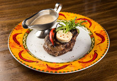 Bifteck de boeuf grillé avec du fromage et la sauce au poivre du plat Image stock