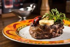 Bifteck de boeuf grillé avec du fromage et la sauce au poivre du plat Images stock