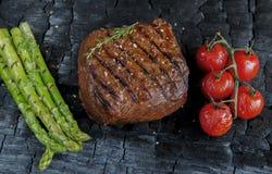 Bifteck de boeuf grillé avec l'épice de tomates d'asperge Photographie stock libre de droits
