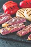 Bifteck de boeuf grillé avec les paprikas et le fromage Photographie stock