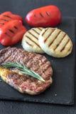 Bifteck de boeuf grillé avec les paprikas et le fromage Images libres de droits