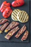 Bifteck de boeuf grillé avec les paprikas et le fromage Image stock