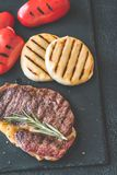 Bifteck de boeuf grillé avec les paprikas et le fromage Photo libre de droits