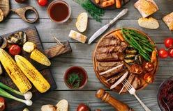 Bifteck de boeuf grillé coupé en tranches juteux avec de divers légumes grillés photographie stock libre de droits