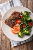 Bifteck de boeuf grillé délicieux avec les crevettes roses et le brocoli, tomates, photo stock