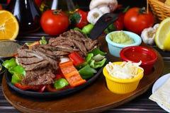 Bifteck de boeuf grillé frais images libres de droits