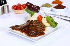 Bifteck de boeuf grillé frais avec de la sauce barbecue photo stock