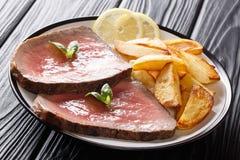 Bifteck de boeuf grillé juteux avec les pommes de terre rôties et la fin-u de citron photographie stock libre de droits