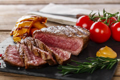 Bifteck de boeuf grillé rare Photographie stock