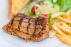 Bifteck de boeuf grillé rare moyen dessus sur l'esprit noir en bois de fond photos stock
