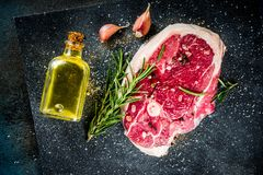 Bifteck de boeuf ou bifteck d'agneau avec l'os images libres de droits