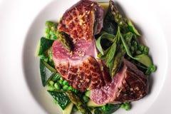 Bifteck de boeuf préparé avec la décoration végétale images stock