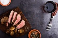 Bifteck de boeuf de rôti avec des champignons Photos stock