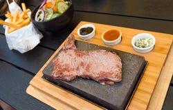 Bifteck de boeuf sur la pierre de lave photos libres de droits