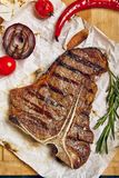 Bifteck de boeuf sur le fond en bois Photo stock