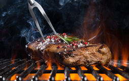 Bifteck de boeuf sur le gril Photographie stock