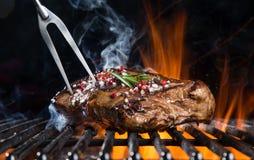 Bifteck de boeuf sur le gril Image libre de droits