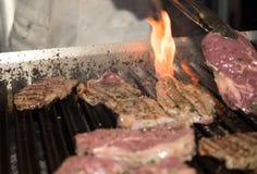 Bifteck de boeuf sur un gril Photo libre de droits