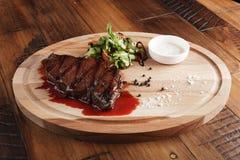 Bifteck de Denver avec de la salade Photographie stock