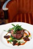 Bifteck de filet avec des champignons de morelle et des gras de foie Photo libre de droits