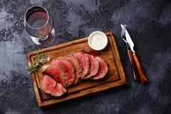 Bifteck de filet et vin rouge grillés coupés en tranches Image stock