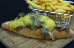 Bifteck de fromage de Philadelphie avec des fritures de pomme de terre image stock