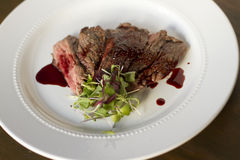 Bifteck de jupe avec la grenade Gastrique Photographie stock