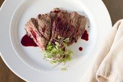 Bifteck de jupe avec la grenade Gastrique Photos stock