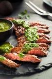 Bifteck de jupe cuit fait maison avec Chimichurri photographie stock